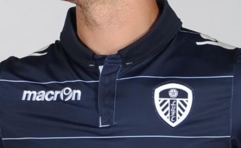 A camisa reserva tem a gola italiana